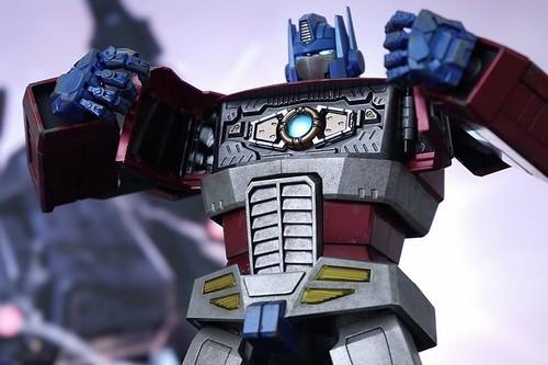 Hot-Toys-Optimus-Prime- miniatura