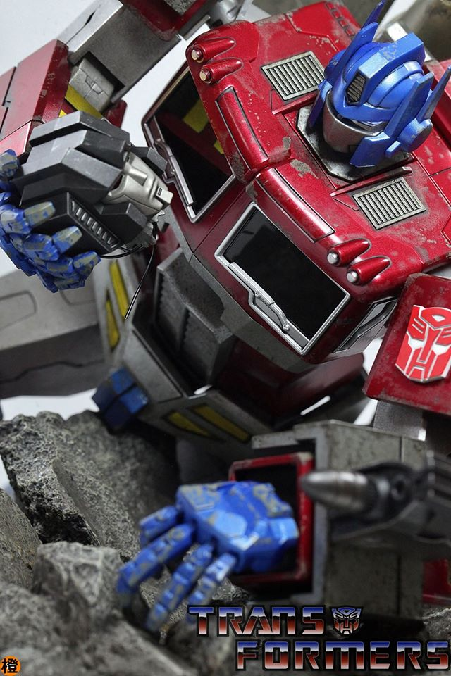 Hot-Toys-Optimus-Prime-13