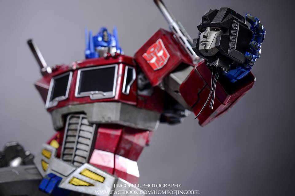 Hot-Toys-Optimus-Prime-14
